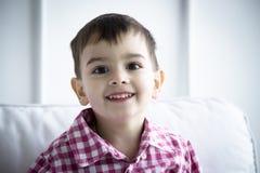 Παιδί στο πουκάμισο, πορτρέτο Στοκ Φωτογραφίες