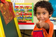 Παιδί στο σχολείο με τον αντίχειρα επάνω Στοκ φωτογραφία με δικαίωμα ελεύθερης χρήσης