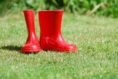 παιδί το κόκκινο λαστιχένιο s 2 μποτών Στοκ φωτογραφία με δικαίωμα ελεύθερης χρήσης