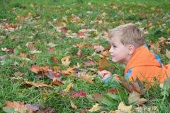 παιδί φθινοπώρου Στοκ φωτογραφία με δικαίωμα ελεύθερης χρήσης