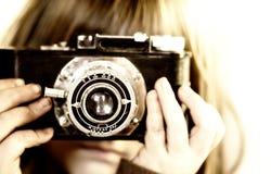παιδί φωτογραφικών μηχανών που κρατά τις παλαιές νεολαίες στοκ φωτογραφίες