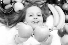 Παιδί, χαριτωμένο κοριτσάκι που βάζει με τα ζωηρόχρωμα φρούτα Στοκ εικόνα με δικαίωμα ελεύθερης χρήσης
