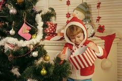 Παιδί Χριστουγέννων ή μικρό αγόρι στο ανοικτό παρόν παλτών santa στοκ φωτογραφίες
