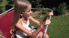 Παιδί Chairlift, ευτυχές κορίτσι τουριστών στα βουνά σιδηροδρόμων καλωδίων σκι, αλπικό 4k φιλμ μικρού μήκους