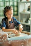 Παιδί sculpts από το δοχείο αργίλου διαμόρφωση σύμφωνα με τη ρόδα αγγειοπλαστών Στοκ φωτογραφίες με δικαίωμα ελεύθερης χρήσης