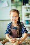 Παιδί sculpts από το δοχείο αργίλου διαμόρφωση σύμφωνα με τη ρόδα αγγειοπλαστών Στοκ φωτογραφία με δικαίωμα ελεύθερης χρήσης