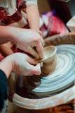 Παιδί sculpts από το δοχείο αργίλου Εργαστήριο στη διαμόρφωση σύμφωνα με το potter Στοκ εικόνες με δικαίωμα ελεύθερης χρήσης