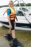 Παιδί Sportin που οδηγά σε ένα wakeboard στη λίμνη Στοκ φωτογραφία με δικαίωμα ελεύθερης χρήσης