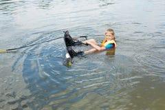 Παιδί Sportin που οδηγά σε ένα wakeboard στη λίμνη Στοκ εικόνες με δικαίωμα ελεύθερης χρήσης