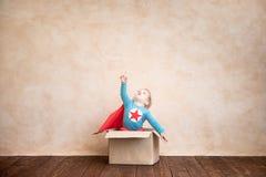Παιδί Superhero που παίζει στο σπίτι στοκ φωτογραφία με δικαίωμα ελεύθερης χρήσης