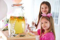 Παιδιά από το φραγμό καραμελών με τη λεμονάδα κέικ και εσπεριδοειδών Στοκ φωτογραφία με δικαίωμα ελεύθερης χρήσης