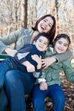 παιδιά αυτή που αγκαλιάζει τη γελώντας μητέρα Στοκ εικόνα με δικαίωμα ελεύθερης χρήσης