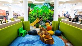 Παιδιά βοήθειας γονέων χρονικού σφάλματος undress στο φωτεινό χρωματισμένο χώρο για παιχνίδη απόθεμα βίντεο