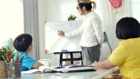 Παιδιά δωματίων δασκάλων στην κατηγορία που γράφουν εν πλω με το δάσκαλο φιλμ μικρού μήκους