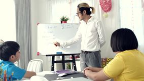 Παιδιά δωματίων δασκάλων στην κατηγορία που γράφουν εν πλω με το δάσκαλο απόθεμα βίντεο