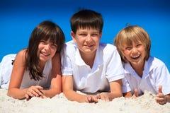 παιδιά ευτυχή τρία παραλιώ&n Στοκ Φωτογραφία