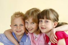 παιδιά ευτυχή τρία στοκ εικόνα με δικαίωμα ελεύθερης χρήσης
