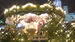 Παιδιά εύθυμος-πηγαίνω-γύρω από στην αγορά Χριστουγέννων στην πλατεία Senat, Ελσίνκι φιλμ μικρού μήκους