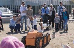 Παιδιά και ένας ανθρακωρύχος ρομπότ Στοκ Εικόνα