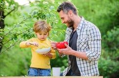Παιδιά και ενήλικοι διατροφής Οργανική διατροφή r Συνήθειες διατροφής Η οικογένεια απολαμβάνει το σπιτικό γεύμα στοκ εικόνες με δικαίωμα ελεύθερης χρήσης