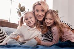 Παιδιά και μητέρα που εξετάζουν σας στοκ εικόνα