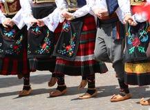 Παιδιά και μικρά κορίτσια που χορεύουν με τα ευρωπαϊκά ενδύματα στοκ φωτογραφίες