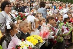 Παιδιά και πρόγονοι ενώπιον του σχολείου Στοκ Φωτογραφίες