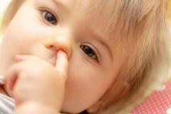Παιδιά κορίτσι μπουκαλιών μωρών Πορτρέτο δάχτυλο αριθ στοκ εικόνα με δικαίωμα ελεύθερης χρήσης