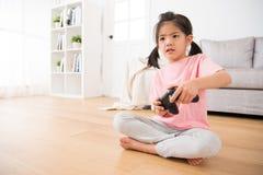 Παιδιά κοριτσιών παιδιών που χρησιμοποιούν το πηδάλιο ελέγχου σοβαρά Στοκ Φωτογραφίες