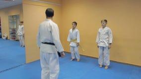 Παιδιά μαθημάτων εκπαιδευτών πολεμικών τεχνών Aikido φιλμ μικρού μήκους