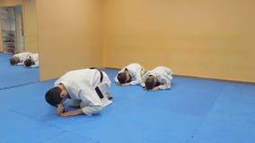 Παιδιά μαθημάτων εκπαιδευτών πολεμικών τεχνών Aikido απόθεμα βίντεο
