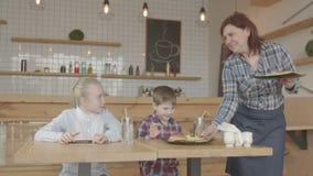 Παιδιά με τα τηλέφωνα που χαίρονται το γεύμα γρήγορου φαγητού για τον καφέ φιλμ μικρού μήκους