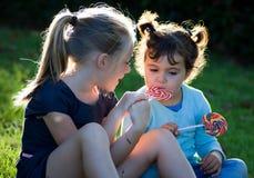 Παιδιά με την καραμέλα lollipop Στοκ Φωτογραφία