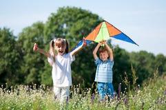 Παιδιά με τον ικτίνο Στοκ Εικόνες