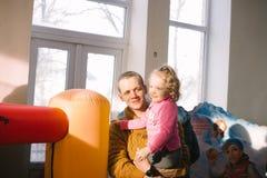 Παιδιά με τους γονείς στο άνοιγμα ενός κέντρου ψυχαγωγίας παιδιών ` s στις 23 Μαρτίου 2018 σε Cherkasy, Ουκρανία Στοκ εικόνες με δικαίωμα ελεύθερης χρήσης