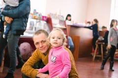 Παιδιά με τους γονείς στο άνοιγμα ενός κέντρου ψυχαγωγίας παιδιών ` s στις 23 Μαρτίου 2018 σε Cherkasy, Ουκρανία Στοκ Εικόνα