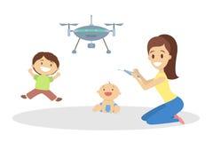 Παιδιά με το παιχνίδι μητέρων με το πέταγμα quadcopter ελεύθερη απεικόνιση δικαιώματος
