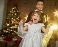 Παιδιά με το χριστουγεννιάτικο δέντρο Στοκ Εικόνες