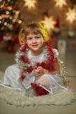 Παιδιά με το χριστουγεννιάτικο δέντρο Στοκ Φωτογραφίες