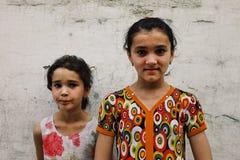 παιδιά μπροστά από έναν παραδοσιακό τοίχο λάσπης στην ιστορική πόλη στοκ φωτογραφίες