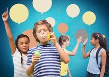 Παιδιά μπροστά από το μπλε υπόβαθρο με τα ζωηρόχρωμα μπαλόνια Στοκ Φωτογραφία