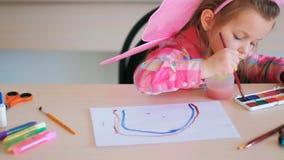 Παιδιά ουράνιων τόξων που σύρουν το χόμπι τέχνης Στοκ φωτογραφία με δικαίωμα ελεύθερης χρήσης