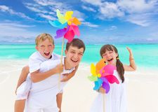 παιδιά παραλιών ευτυχή Στοκ φωτογραφία με δικαίωμα ελεύθερης χρήσης