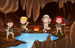 Παιδιά που έχουν ένα campire σε μια σπηλιά ελεύθερη απεικόνιση δικαιώματος