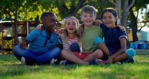 Παιδιά που έχουν τη διασκέδαση στην παιδική χαρά 4k απόθεμα βίντεο
