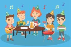 Παιδιά που έχουν τη διασκέδαση στην υπαίθρια γιορτή γενεθλίων ελεύθερη απεικόνιση δικαιώματος