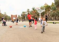 Παιδιά που έχουν τη διασκέδαση στο πάρκο από Arc de Triomf στη Βαρκελώνη Στοκ Φωτογραφίες