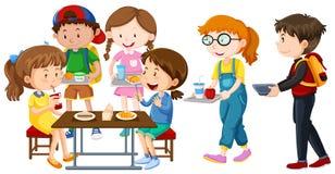 Παιδιά που έχουν το μεσημεριανό γεύμα στον πίνακα απεικόνιση αποθεμάτων