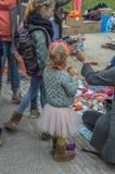 Παιδιά που απολαμβάνουν στο Vondelpark σε Kingsday Άμστερνταμ τις Κάτω Χώρες 2018 Στοκ φωτογραφίες με δικαίωμα ελεύθερης χρήσης