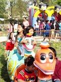 παιδιά που απολαμβάνουν το πάρκο διασκέδασης στοκ εικόνες